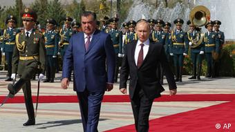 Tajikistan's President Emomali Rakhmon, left, and Russian President Vladimir Putin walk during a welcome ceremony in Dushanbe, Tajikistan on Friday, Oct. 5, 2012. President Putin is in Tajikistan on an official visit. (Foto:RIA Novosti Kremlin, Mikhail Klimentyev, Presidential Press Service/AP/dapd)