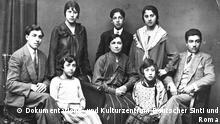 FamBamberger: Angehörige der deutschen Sinti-Familie Bamberger zu Beginn der Dreißigerjahre. Margarete Bamberger (links vorne) wurde 1943 nach Auschwitz deportiert. Max Bamberger (rechts) fiel kurz vor Kriegsende in Jugoslawien, wohin er mit seiner Familie geflohen war, einem Massaker zum Opfer. Dokumentations- und Kulturzentrum Deutscher Sinti und Roma Copyright geklärt von Birgit Goertz.