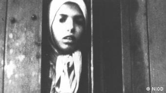 Das Sinti-Mädchen Settela Steinbach beim Transport nach Auschwitz, wo sie in der Gaskammer ermordet wurde.(Foto: Zentralrat Deutscher Sinti und Roma/ NIOD, Photo Nr. 66085)