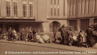 Sinti und Roma müssen sich an den Kölner Messehallen einfinden (Foto: DW)