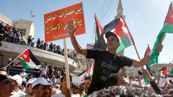 Großdemonstration in Amman mit Nationalflaggen (foto: dpa/EPA)