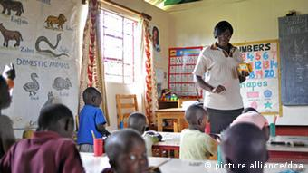 A teacher stands in front of a classroom in Kenya. (Photo: Andreas Gebert/ dpa - Report)