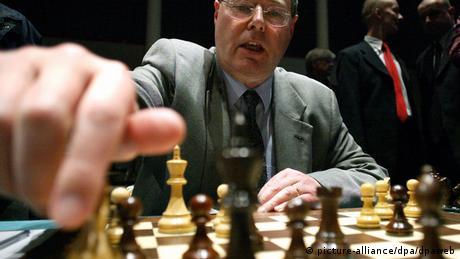 Peer Steinbrück bei einer Partie Schach gegen Schachweltmeister Kramnik 2005 (Foto: DPA)