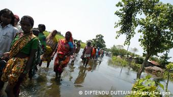 Indian flood-affected families wade through floodwaters as they move to higher ground at Gopalganj in Poornia district, some 475 kms north-east of Patna on September 1, 2008 (Photo: DIPTENDU DUTTA/AFP/Getty Images)