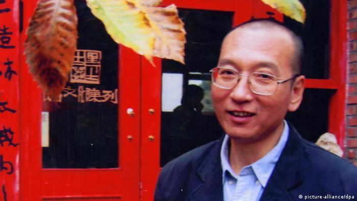 ARCHIV - Liu Xiaobo (r), inhaftierter chinesischer Bürgerrechtler und Ehrenvorsitzender des PEN-Clubs unabhängiger chinesischer Schriftsteller, mit einem Kollegen bei einem Treffen der Vereinigung im Jahr 2004. Der diesjährige Friedensnobelpreis geht an Liu Xiaobo. Das teilte das Nobelkomitee in Oslo am Freitag (08.10.2010) mit. Foto: Liu Xia