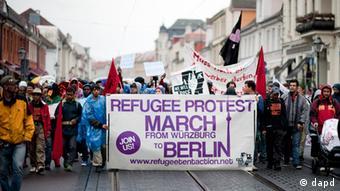 Flüchtlinge auf einem Demonstrationszug (Foto: Klaus-Dietmar Gabbert/dapd)