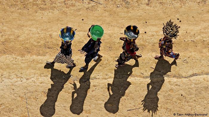 Dogon women carrying water