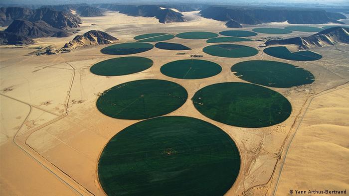 expo_tvdc_107Rrec -Carousel irrigation, Wadi Rum, Ma'an, Jordan Die Ausstellung zeigt Fotografien von Yann Arthus-Bertrand.  ### Achtung: Nur im Zusammenhang mit der Ausstellung in Brasilien einmalig zu verwenden!