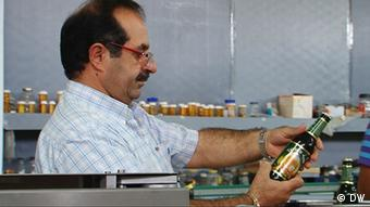 Beer brewer Nadim Khoury holding a bottle Copyright: DW-TV