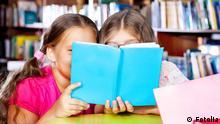 Mädchen lesen Buch