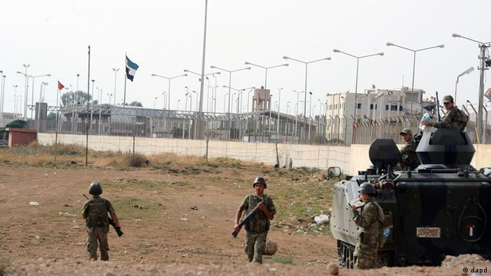 Turkish military station at the border with Syria, across from Syrian rebel-controlled Tel Abyad town, right, in Akcakale, Turkey, Sunday, Oct. 7, 2012. (Foto:AP/dapd)