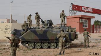 Turkish military station at the border gate with Syria, across from Syrian rebel-controlled Tel Abyad town, in Akcakale, Turkey, Sunday, Oct. 7, 2012. (Foto:AP/dapd)
