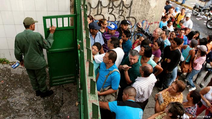 People queue to cast their vote for the Venezuelan presidential elections in Caracas, Venezuela, 07 October 2012. EPA/MIGUEL GUTIERREZ +++(c) dpa - Bildfunk+++