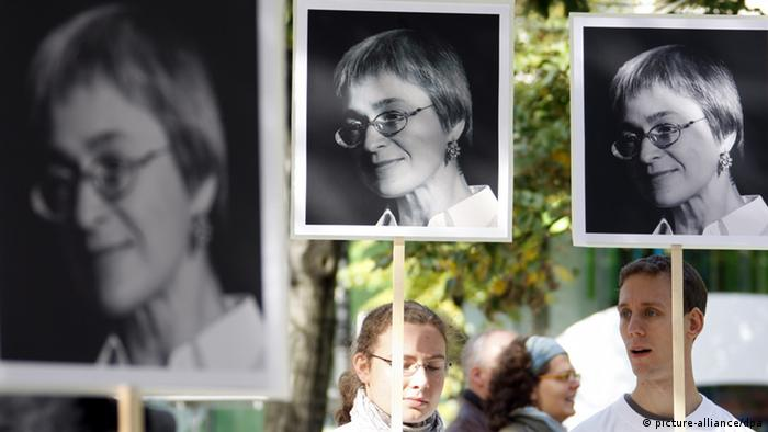 Human rights activists hold placards with black-and-white photos of the murdered journalist Anna Politkovskaya outside the Russian embassy in Berlin, 2007, at a demonstration for freedom of speech (Photo: Johannes Eisele dpa/lno)
