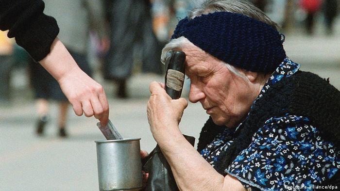 Bulgarien Alte Frau bettelt im Zentrum von Sofia