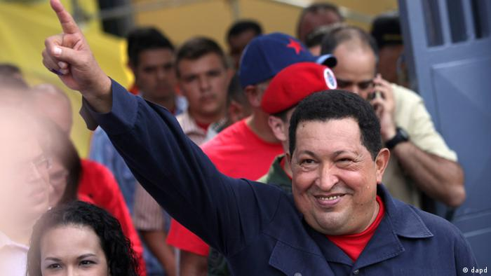 Accompanied by his daughter Rosa Virginia, left, Venezuela's President Hugo Chavez gestures to supporters as he leaves the polling station after voting in the presidential election in Caracas, Venezuela, Sunday, Oct. 7, 2012. Chavez is running for re-election against opposition candidate Henrique Capriles. (Foto:Rodrigo Abd/AP/dapd)