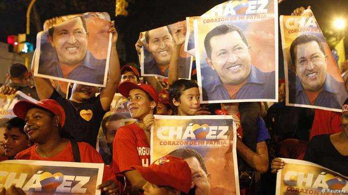 Supporters of Venezuelan president Hugo Chavez gather outside Miraflores Palace to wait for the results of Presidential elections in Caracas October 7, 2012. REUTERS/Edwin Montilva (VENEZUELA - Tags: POLITICS ELECTION) // Eingestellt von wa