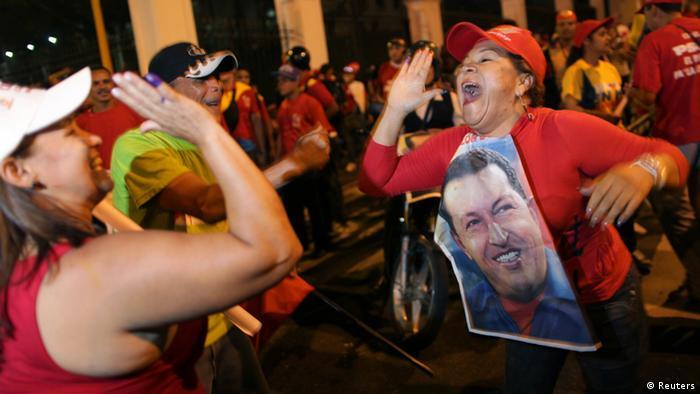 شادی هواداران هوگو چاوز پس از پیروزی وی در انتخابات ریاست جمهوری ونزوئلا