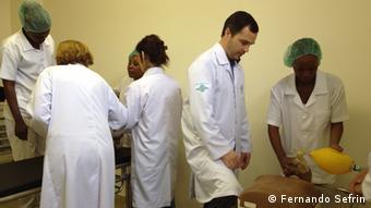 Angola: Ein brasilianischer Arzt bildet Krankenschwestern aus. (Foto: Fernando Sefrin)