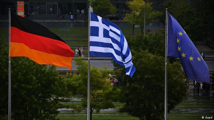 Флаги ФРГ, Греции и ЕС (слева направо)