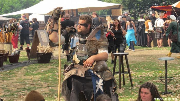 Ein Besucher des Mittelalterlich Phantasie Spectaculum, verkleidet als Krieger (Foto: DW/ Arne Lichtenberg)