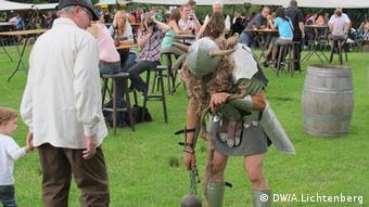 Ein verkleideter Schauspieler belustigt beim Mittelalterlich Phantasie Spectaculum die Zuschauer (Foto: DW/ Arne Lichtenberg)