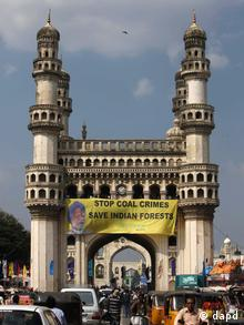 Greenpeace activists hang a banner with a photo of Indian Prime Minister Manmohan Singh atop the Charminar monument in Hyderabad, India, Monday, Oct. 8, 2012. . (Foto:Mahesh Kumar A./AP/dapd)