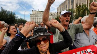 Pensioners shout slogans against the EU and the government during a march towards the EU offices in central Athens October 8, 2012. REUTERS/Yannis Behrakis (GREECE - Tags: CIVIL UNREST POLITICS BUSINESS)