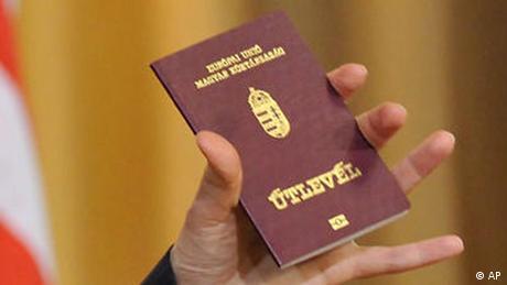 Угорські паспорти на Закарпатті: Київ вишле консула Угорщини