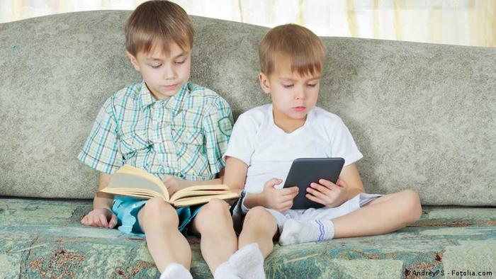 Kinder lesen Buch und E-book