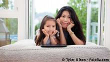 Mutter und Tochter mit Tablet PC
