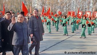 Chinas mächtiger Altpolitiker Deng Xiaoping ist tot. Er starb am 19.2.1997 im Alter von 92 Jahren an Herz- und Atemversagen. Das Archivbild von 1975 zeigt Deng Xiaoping (l) mit Bundeskanzler Helmut Schmidt (r) bei einer Parade während des Aufenthalts von Schmidt in Peking. Der greise Patriarch war seit drei Jahren nicht mehr in der Öffentlichkeit gesehen worden. Seit 1990 hatte Deng Xiaoping kein Amt mehr inne, hatte aber hinter den Kulissen weiter noch lange Zeit die Fäden in der Hand. Deng war der Architekt der Wirtschaftsreformen. Zugleich verfolgte er eine politisch harte Linie. Er verantwortete 1989 das Massaker bei der Niederschlagung der Demokratiebewegung. Als Dengs Nachfolger gilt Staatspräsident Jiang Zemin, der seine Position ausbauen konnte.