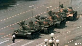Seorang lelaki berdiri memblokade barisan tank di lapangan Tiananmen 5 Juni 1989 memprotes kekerasan terhadap demonstran pro-demokrasi