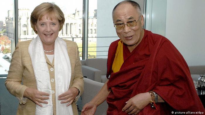 Bildergalerie China Deutschland Geschichte Dalai Lama bei Angela Merkel (picture-alliance/dpa)