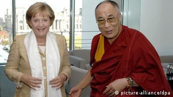 Dalai Lama bei Angela Merkel (Foto: picture-alliance/dpa)