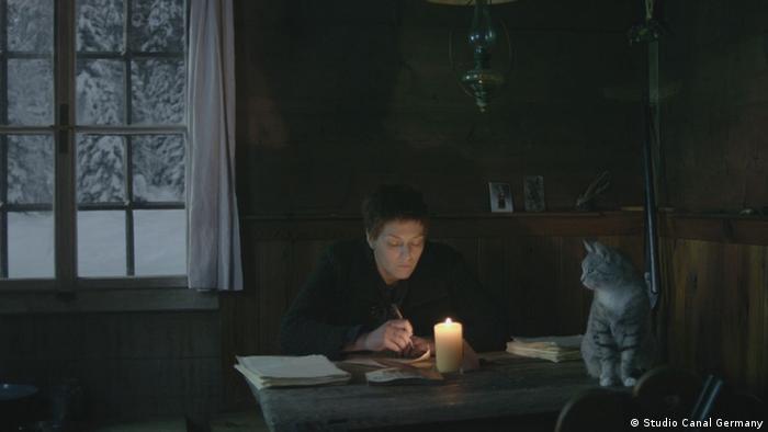 Szene aus dem Film Die Wand mit Martina Gedeck in einer dunklen Hütte (Studio Canal Germany)