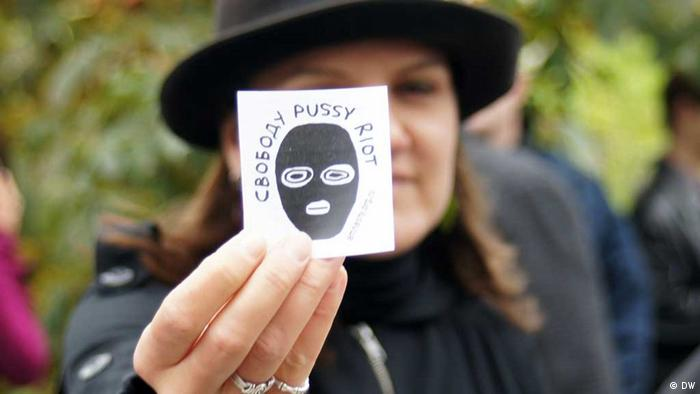A supporter of Pussy Riot holds up a badge outside the court Photo: Egor Winogradow