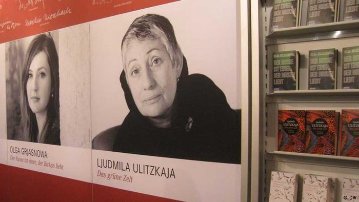 Людмила Улицкая и Ольга Грязнова на стенде Hanser Verlag