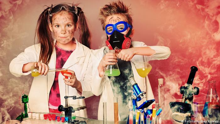 Two colorfully dressed children carry out science experiments. Symbolbild Fotolia/Andrey Kiselev 40897675
