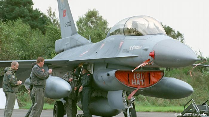 Multinationaler Flugzeug-Service der Nato F-16 der Türkischen Luftwaffe Türkei