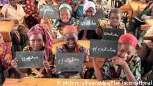 HANDOUT - Mädchen in Niger, die sich freuen, eine Schule besuchen zu dürfen, halten kleine Tafeln, auf denen «11. Oktober» geschrieben steht, in ihrem Klassenzimmer hoch (undatiertes Foto). Die internationale Hilfsorganisation «Plan» hat die Vereinten Nationen davon überzeugt, dass die Welt auch einen Weltmädchentag braucht. Denn Mädchen werden in vielen Ländern benachteiligt und haben nicht die gleichen Chancen wie Jungen. Der Tag ist für alle Mädchen weltweit, also auch für die Mädchen in Deutschland. Foto: Plan International - ACHTUNG: Nur zur redaktionellen Verwendung und nur mit Nennung der Quelle: «Plan International» +++(c) dpa - Bildfunk+++