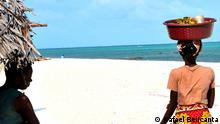 Strand von Jacaranda in Malindi. Der Name des in Brasilien sehr bekannten Baumes ist derselbe in Afrika. Copyright: Rafael Belicanta August 2012, Kenia Die in dieser Galerie ausgestellten Fotos sind teil eine Fotografische Ausstellung des DW Korrespondent in Rom Rafael Belicanta. Die Portraits werden auf Leinwänden vergrößert und zum Verkauf gestellt. Die erhobenen Gelder werden einer Nichtregierungsorganisation gespendet für Projekt in der Region von Malindi und Watamu, in Kenia, die die Entwicklung und erzieherische Ausbildung von Kindern und Jugendlichen unterstützen.