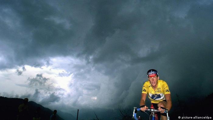 ARCHIV - Der Träger des Gelben Trikot, der US-Amerikaner Lance Amstrong, fährt am 13.07.1999 während der 13. Etappe der Tour de France. US-Radprofi Lance Armstrong steht vor dem Verlust seiner sieben Tour de France-Titel sowie einer lebenslangen Sperre. Armstrong teilte am Donnerstagabend (23.08.2012) überraschend mit, er wolle sich nicht länger gegen die Dopingvorwürfe der US-Anti-Doping-Agentur USADA wehren. Foto: Ed Oudenaarden +++(c) dpa - Bildfunk+++