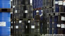 ARCHIV - Ein Arbeiter kontrolliert am 02.04.2002 im Hamburger Hafen die Etiketten auf den Ölfässern. Der US-Ölpreis ist nach dem Rekordsprung vom Vortag auf 100 US-Dollar je Barrel wieder leicht gesunken. Ein Barrel der Sorte West Texas Intermediate kostete am Donnerstagmorgen (03.01.2008) 99,46 Dollar und damit 16 Cent weniger als zum gestrigen Handelsschluss. Besonders der schwache Dollar, Sorgen um die Lagerbestände sowie politische Turbulenzen hatten den Ölpreis zwischenzeitlich genau auf 100 Dollar getrieben. Bereits im vergangenen Jahr hatte sich Öl um mehr als die Hälfte verteuert. Foto: Kay Nietfeld +++(c) dpa - Bildfunk+++