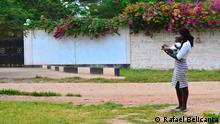 Die zarte Geschicklichkeit ihren neugeborenen Sohn zu halten, ließ mich aufmerksam werden. Copyright: Rafael Belicanta August 2012, Kenia Die in dieser Galerie ausgestellten Fotos sind teil eine Fotografische Ausstellung des DW Korrespondent in Rom Rafael Belicanta. Die Portraits werden auf Leinwänden vergrößert und zum Verkauf gestellt. Die erhobenen Gelder werden einer Nichtregierungsorganisation gespendet für Projekt in der Region von Malindi und Watamu, in Kenia, die die Entwicklung und erzieherische Ausbildung von Kindern und Jugendlichen unterstützen.