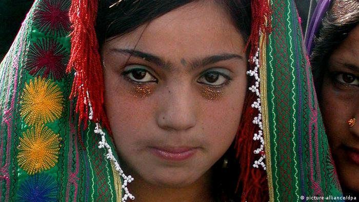 A twelve year old Afghan bride during the wedding ceremony in Herat on Sunday 25 December 2005. (Photo: FARAHANAZ KARIMY +++(c) dpa - Report+++)
