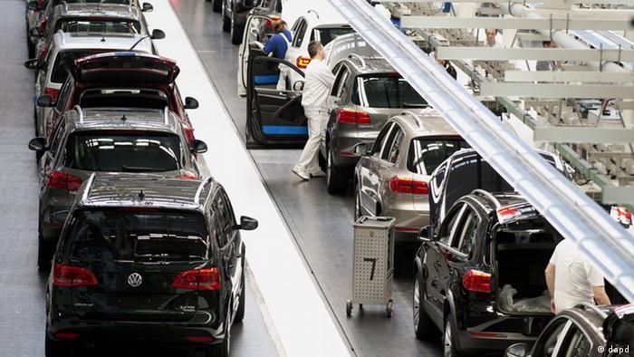 Mitarbeiter arbeiten in Wolfsburg im Werk der Volkswagen AG an VW Tiguan (Foto: dpa)