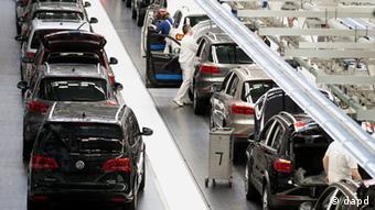 Автомобили на заводе Volkswagen в Вольфсбурге