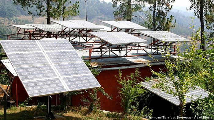 Solar panels in Uttaranchal, Pithoragarh http://www.flickr.com/photos/barefootcollege/310069127/ +++CC/Barefoot Photographers of Tilonia+++ ( NGO India) Photo: http://creativecommons.org/licenses/by-nc-nd/2.0/deed.de