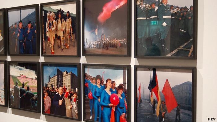 Innenansicht in der Ausstellung Geschlossene Gesellschaft in der Berlinischen Galerie, im Vordergrund Fotoarbeiten von Jens Rötzsch. (Foto: DW)